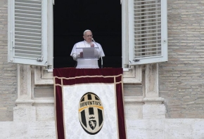 Pope Francis is (also) a Juventus fan!